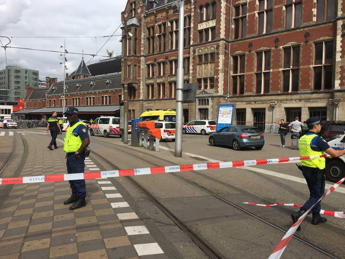 Avspärrat utanför Amsterdams tågstation.