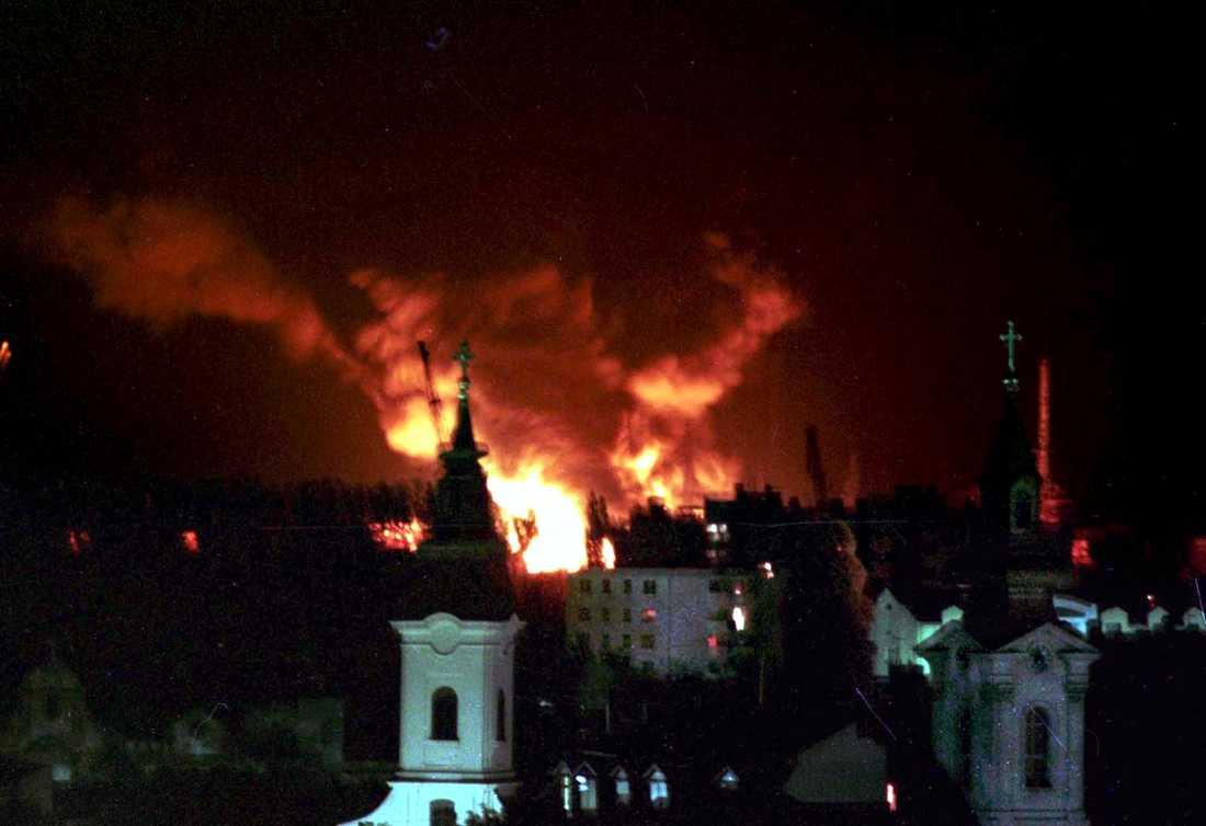 Natos bomber faller över Novi Sad, 18 april 1999.