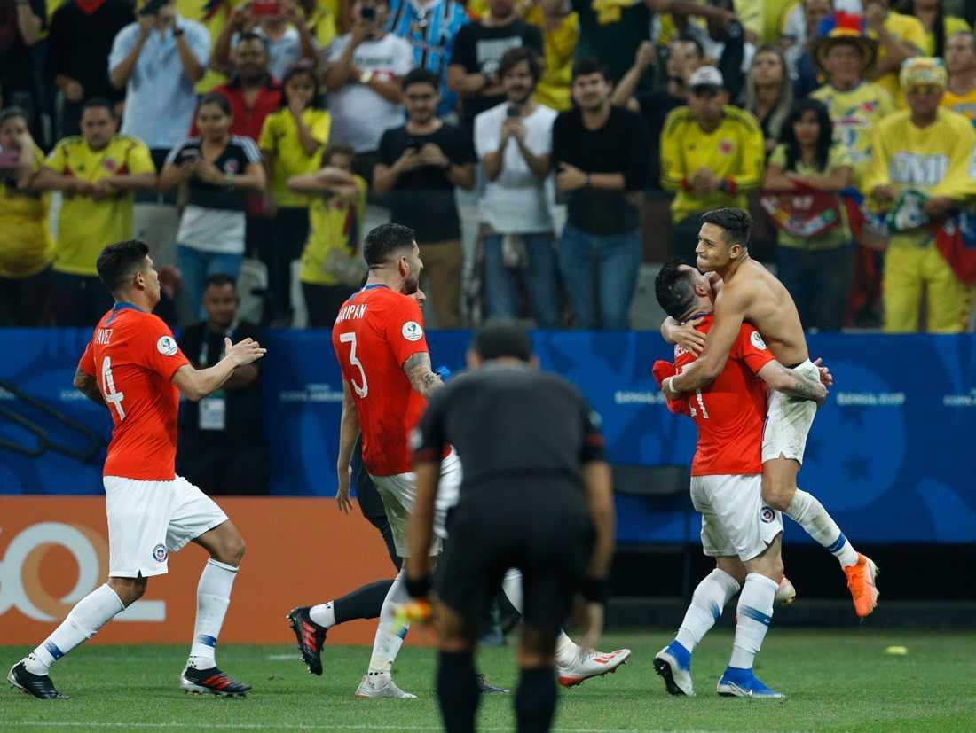 Alexis Sánchez, längst till höger, och resten av laget firar Chiles avgörande straff.