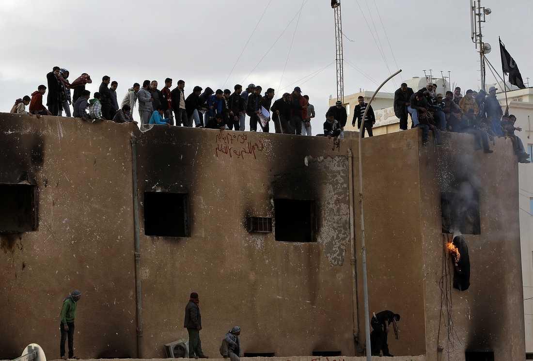 """""""SEGER"""" I kuststaden Tobruk i nordvästra Lybien firade protestanterna sin frihet i går. På taket till den numera nedbrända polisstationen eldade de upprymda protestanterna upp en avbild av Gaddafi."""