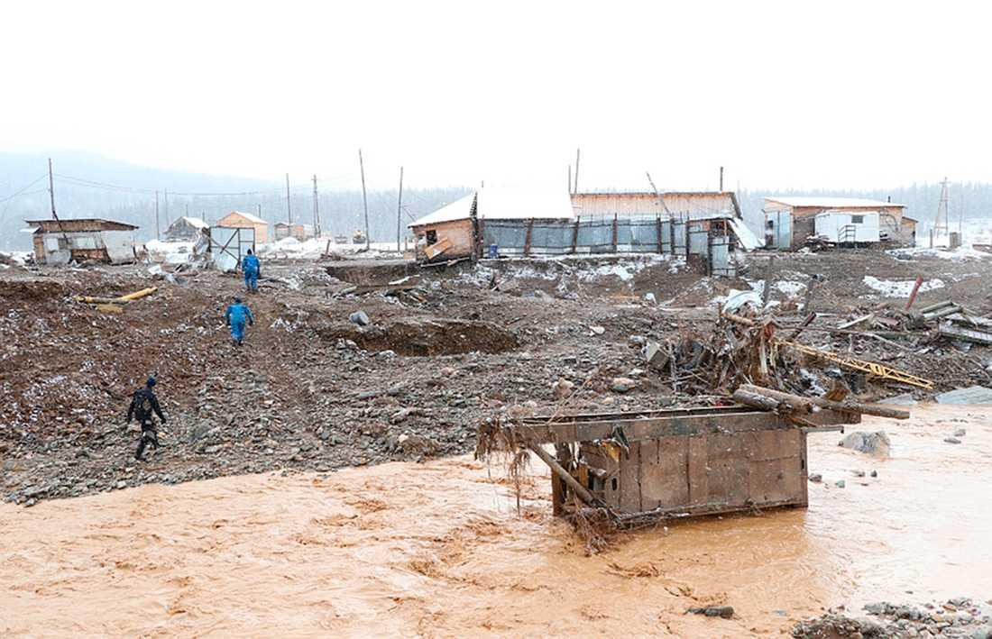 73 personer bodde i lägret som sveptes bort av vattenmassorna.