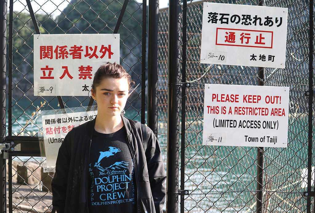 Maisie Williams tar avstånd från delfinshower.