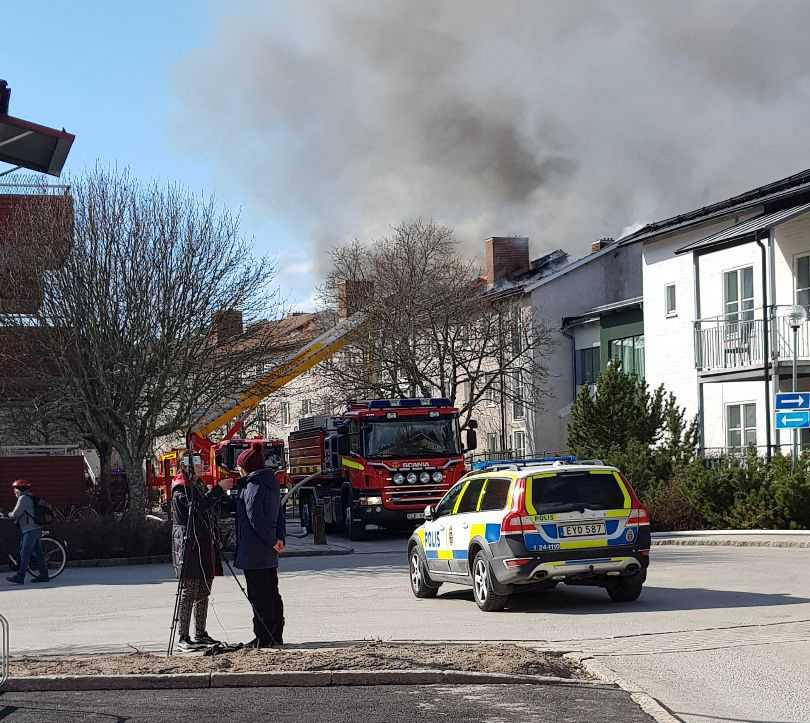 Det brinner i ett lägenhetshus på Karlfeldtsgatan i Västerås.