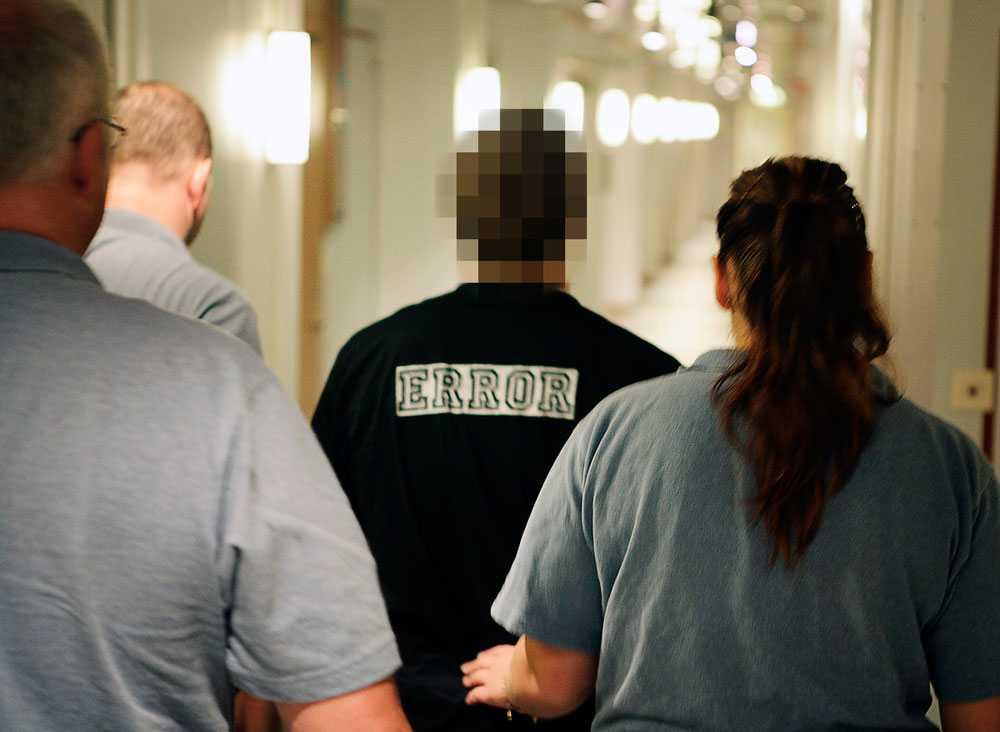 TYRESÖ, 2006 Han slog ihjäl pappan med stekpanna   23-åringen slog ihjäl sin sovande pappa med en stekpanna i Tyresö i april 2006. Motivet var hämnd för pappans våldtäkter av sonen som barn. En månad tidigare hade pappan dömts till tre års fängelse för grov våldtäkt, men överklagat och släppts fri. Sonen dömdes för mord till sex års fängelse. Han är nu fri.