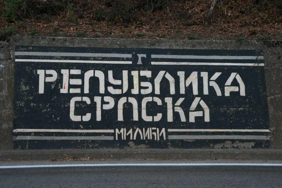 """Klotter """"Republika Srpska"""", Serbiska republiken, längs vägen till Srebrenica"""