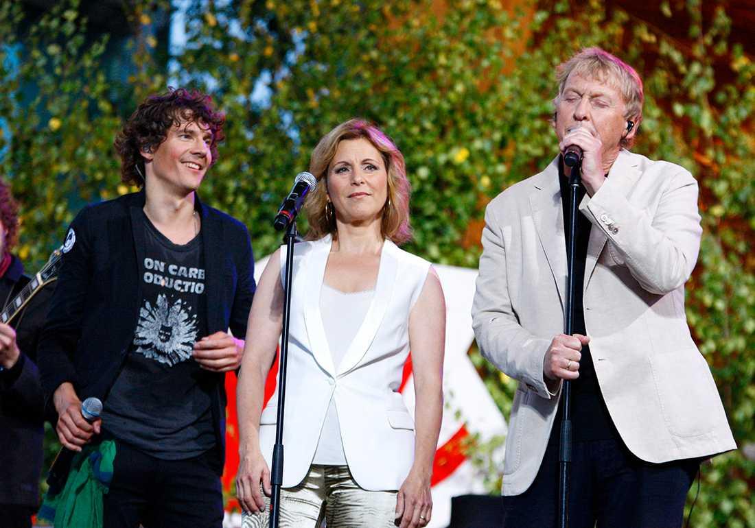 """Håkan Hellström fick sällskap på scenen av Helen Sjöholm och Tomas von Brömssen. """"Helt overkligt"""", säger von Brömssen om att se Hellströms energi på scen."""