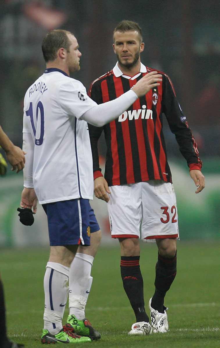 Beckham snackar med Wayne Rooney efter åttondelsfinalen i Champions League mellan Manchester United och Milan på San Siro i Milano i februari 2010. United vann matchen med 3-2.