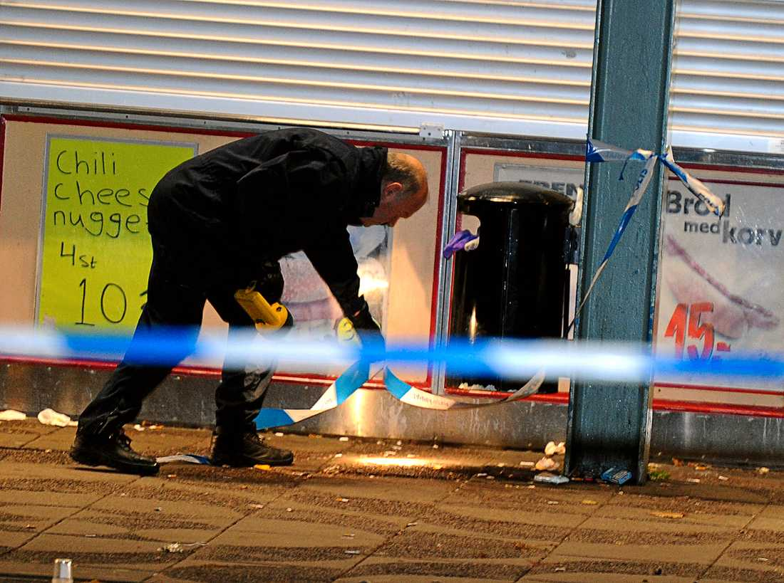 Polisens tekniker letar efter spår på brottsplatsen.
