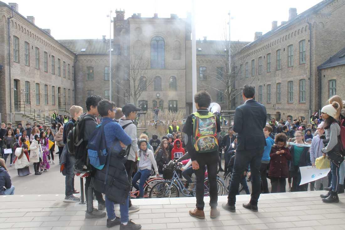 Förutom en stor marsch organiserade Luca och hans klasskompisar flera workshops på miljötema inför Earth hour.