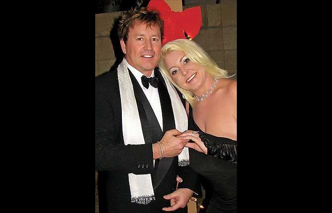 Jag är 37 år pch han är 54, jag visste att jag ville gifta mig med Michael efter första dejten, skriver Carola Stierman. Paret träffades via nätet och dejtade första gången på Alla hjärtans dag 2007. I dag är de gifta.