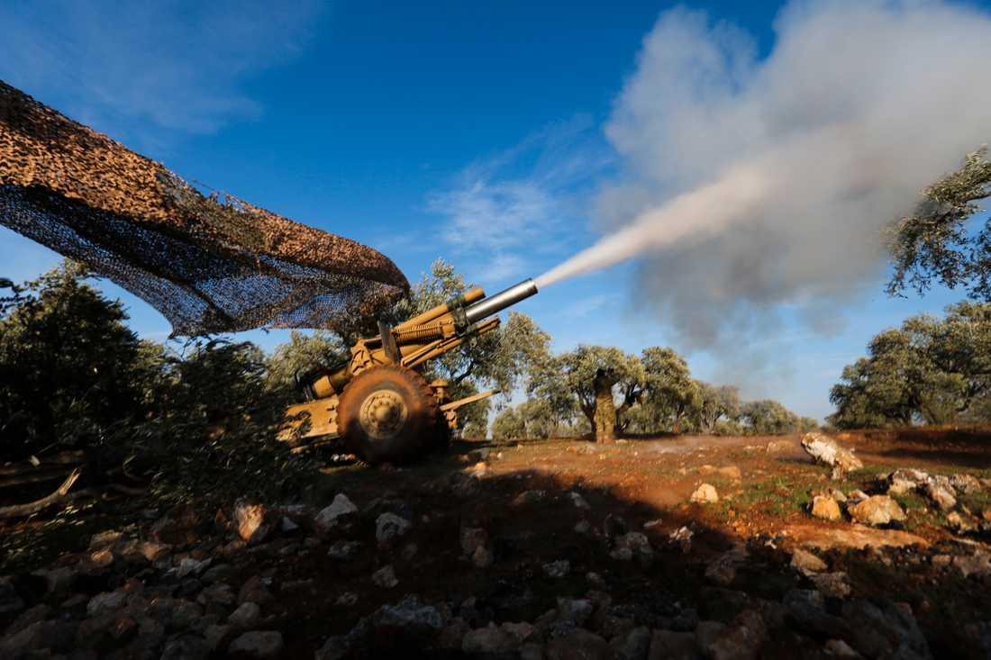 Turkietstödda rebellsoldater ger artillerield mot regimposteringar nära byn Neirab i Idlib. Bilden är tagen på torsdagen.