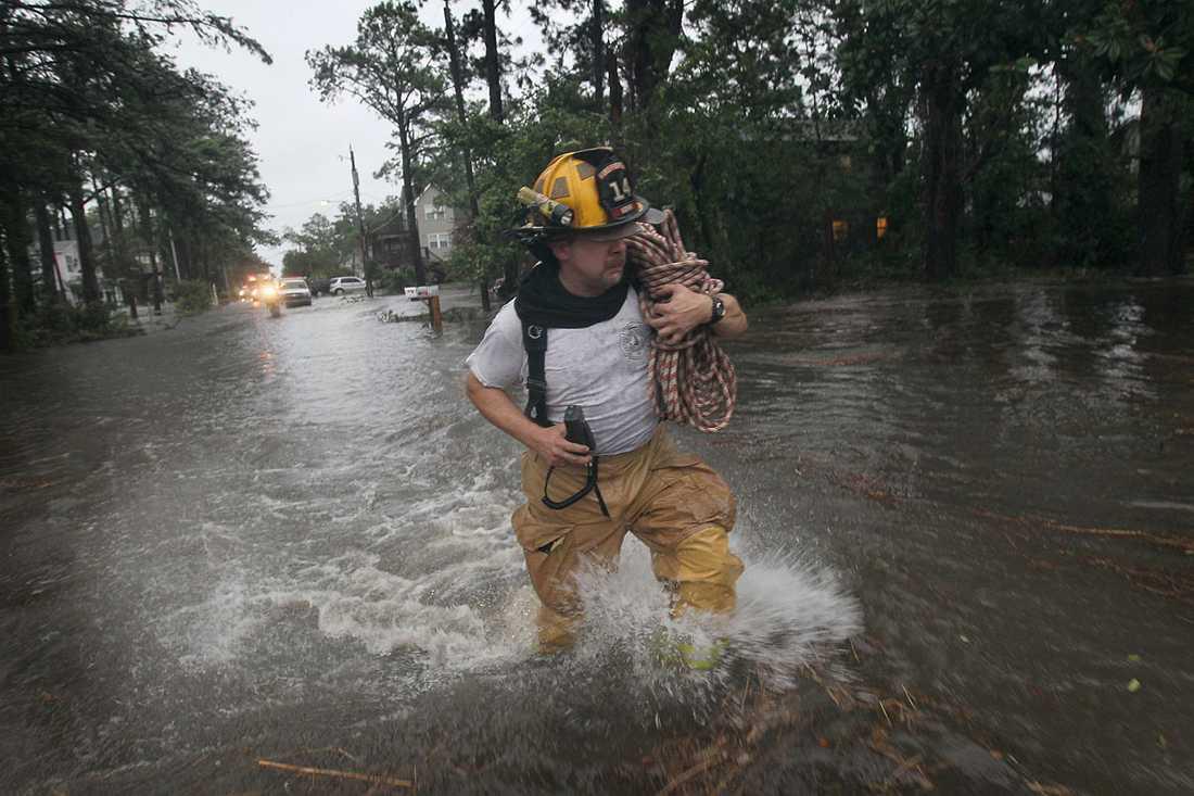Kill Devil Hills, North Carolina: En brandman rycker ut genom vattenmassorna för att undersöka ett larm om en gasläcka.