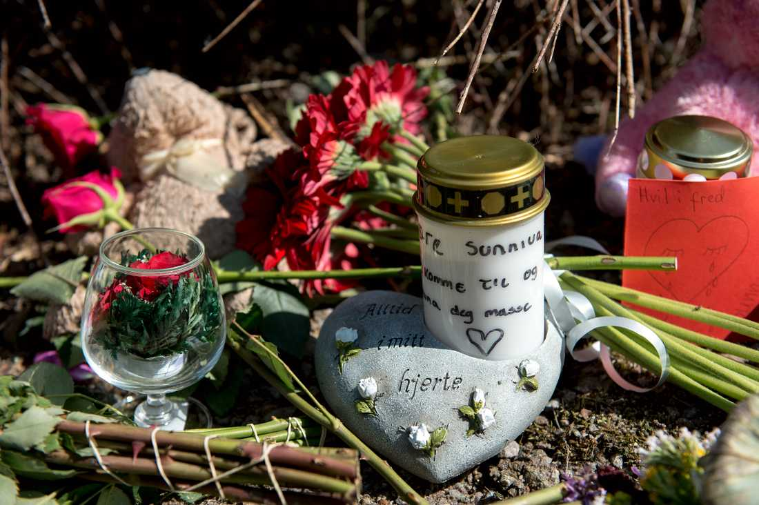 Blommor, ljus och mjukisdjur för att minnas Sunniva  Ødegård har placerats ut i Varhaug i Norge.