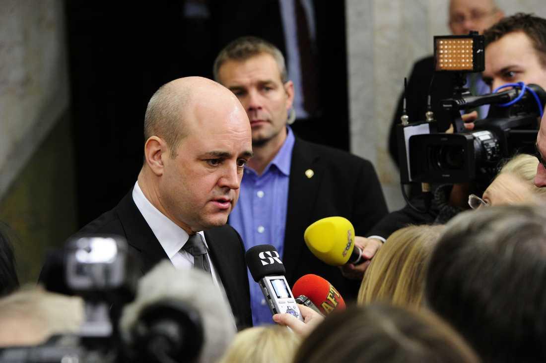 """""""Ett hot mot vårt öppna samhälle"""" Fredrik Reinfeldt kommenterade för första gången självmordsattacken vid en presskonferens på söndagseftermiddagen. Han manade till försiktighet och eftertanke samtidigt som han kritiserade attacken."""