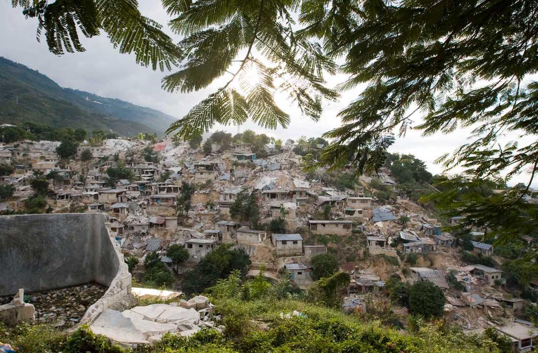ÖDELAGT Det är bara ruiner kvar av husen på kullarna i Port-au-prince.
