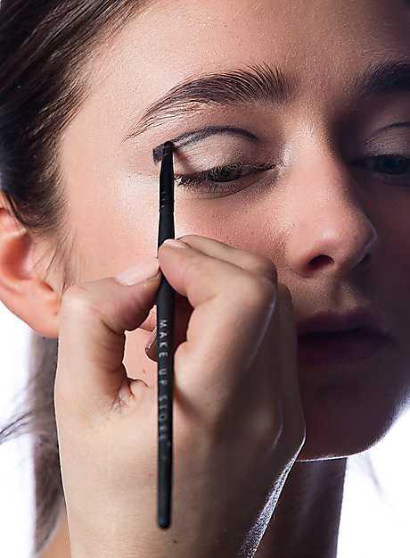2. Skissa upp formen med skuggan. Bredda linjen från ögats mitt och ut mot ytterkanten.