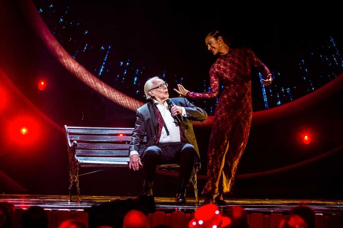 """Jan Malmsjö uppträder med låten """"Leva livet""""."""