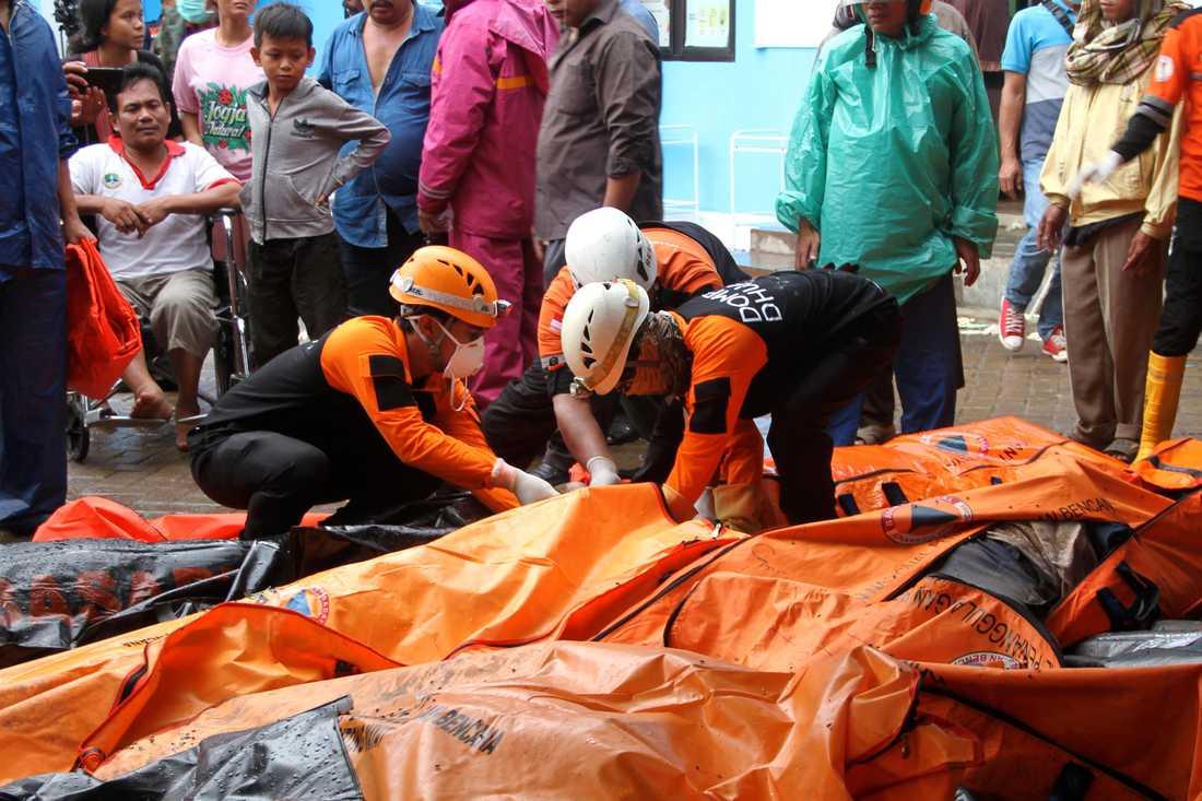 Över 200 har hittills rapporterats döda och många fler är skadade eller saknade.