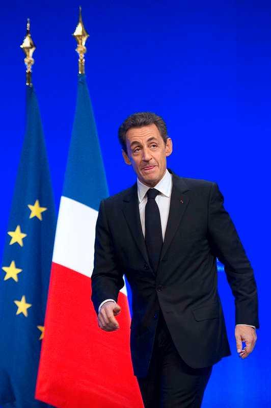 VÄNDER EU RYGGEN Den franska presidentvalskampanjen är i full gång, och kandidaterna försöker överträffa varandra i kritik av EU. Och sittande presidenten Nicolas Sarkozy tar till rent högerpopulistiska knep.