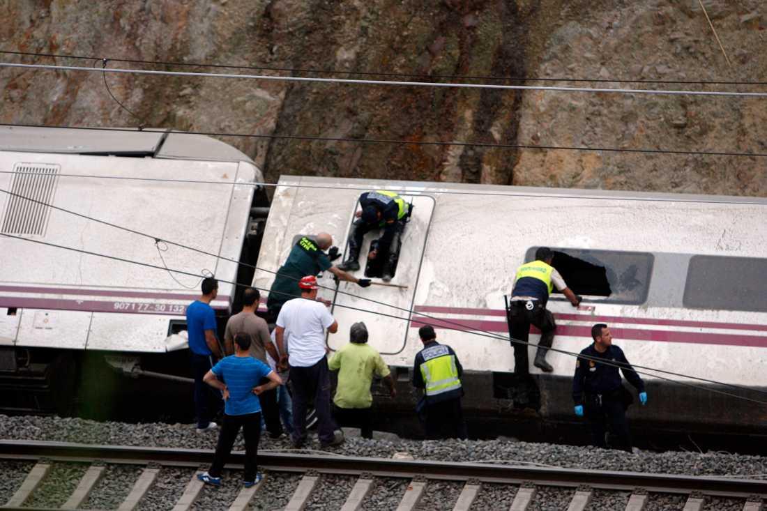 Räddningspersonal arbetar för att ta sig in en av vagnarna.