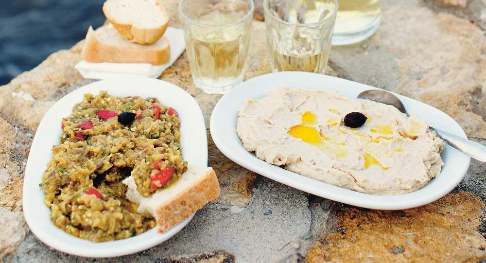Auberginedipp och kaviardipp passar perfekt att doppa bröd i.