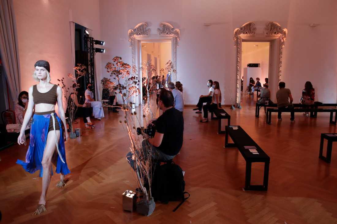 Utspridd publik och många munskydd är det som gäller även i modebranschen. Bild från visning i Rom i mitten av september.