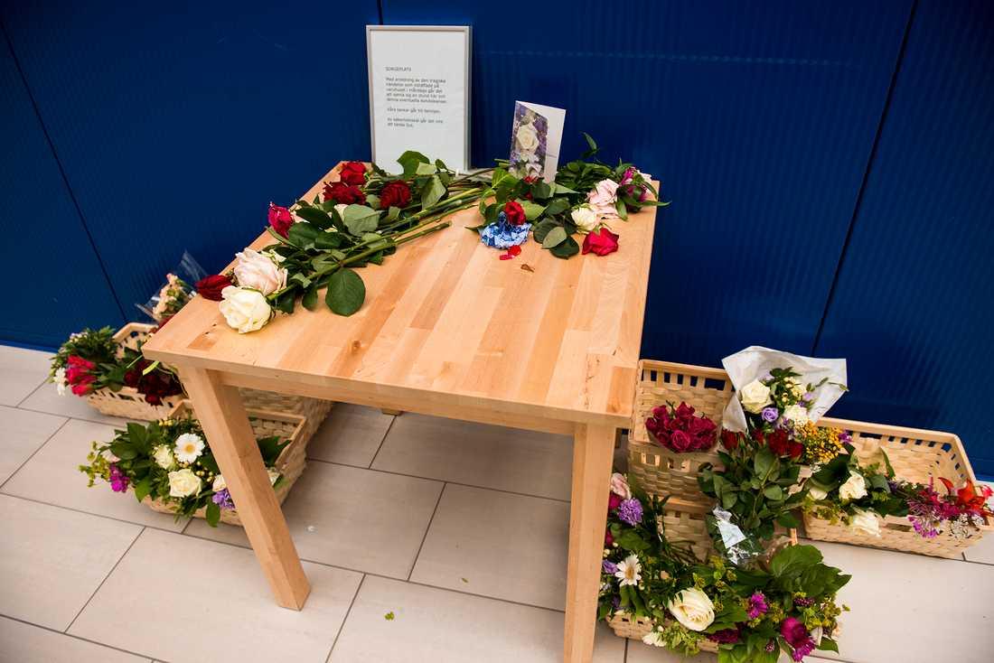 Ikea har ställt ut ett bord där folk kan lägga blommor och skriva några rader till minne av de två som dödades i en knivattack på varuhuset på måndagen. Varuhuset öppnadeigen på onsdagen efter att hållit stängt under tisdagen.