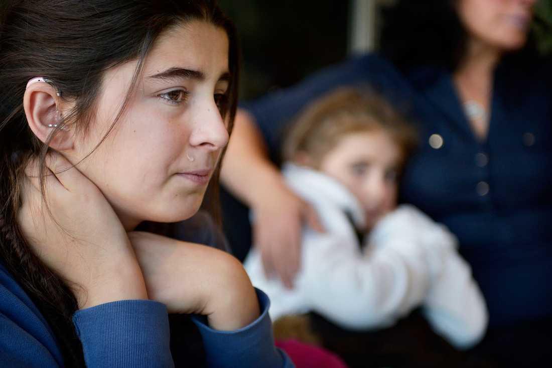 12-åriga Mona Jasharli kan inte hålla tillbaka tårarna.