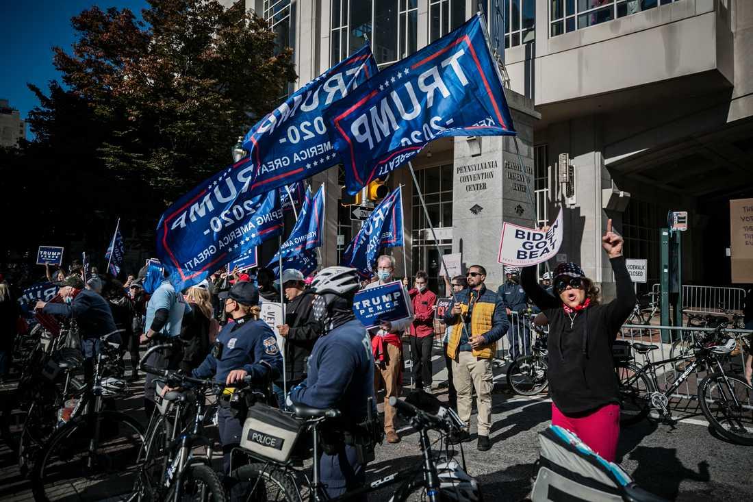 Trump-anhängare demonstrerar utanför rösträkningslokalen.