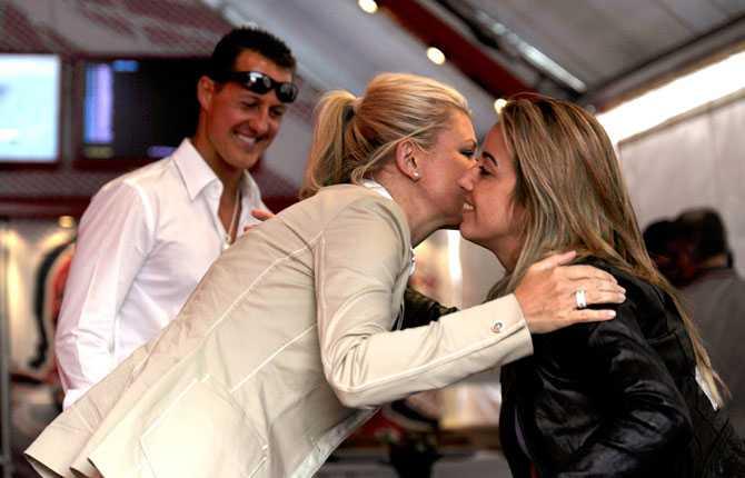 Corinna Schumacher hälsar på Felipe Massas fru Rafaela. Corinna leder CS ranch i Schweiz.
