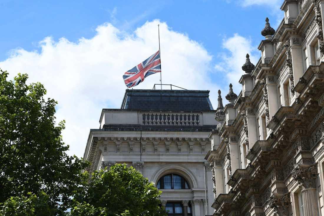Brittiska flaggan på halv stång på Whitehall i London.
