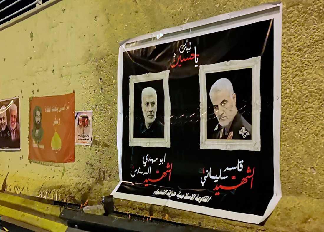 Planscher föreställande general Qassem Soleimani och milisledaren Abu Mahdi al-Muhandis hänger på platsen där de dödades i drönarattacken.