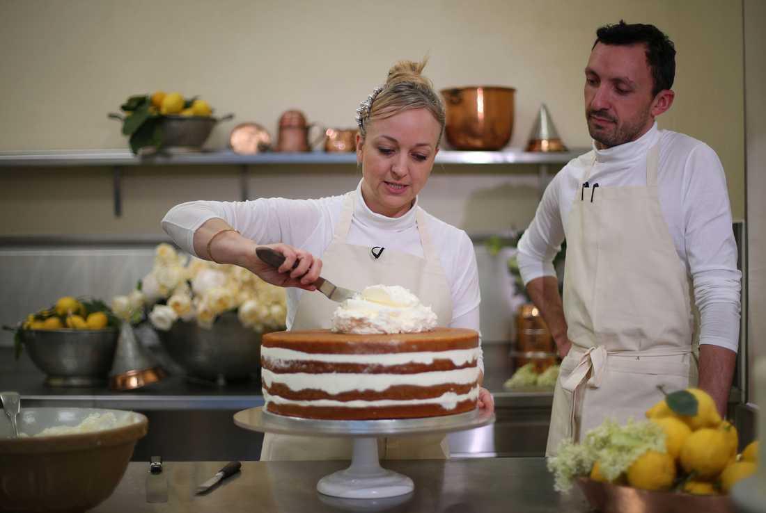 Claire Ptak och huvudkonditor  Izaak Adams lägger sista handen på ett bakverk i köket på Buckingham Palace inför bröllopet mellan prins Harry och Meghan Markle.
