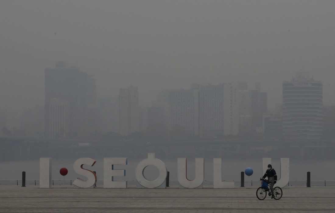Sydkorea försöker att bekämpa luftföroreningar med hjälp av flyg. På bilden ett smogfyllt Seoul tidigare i januari.