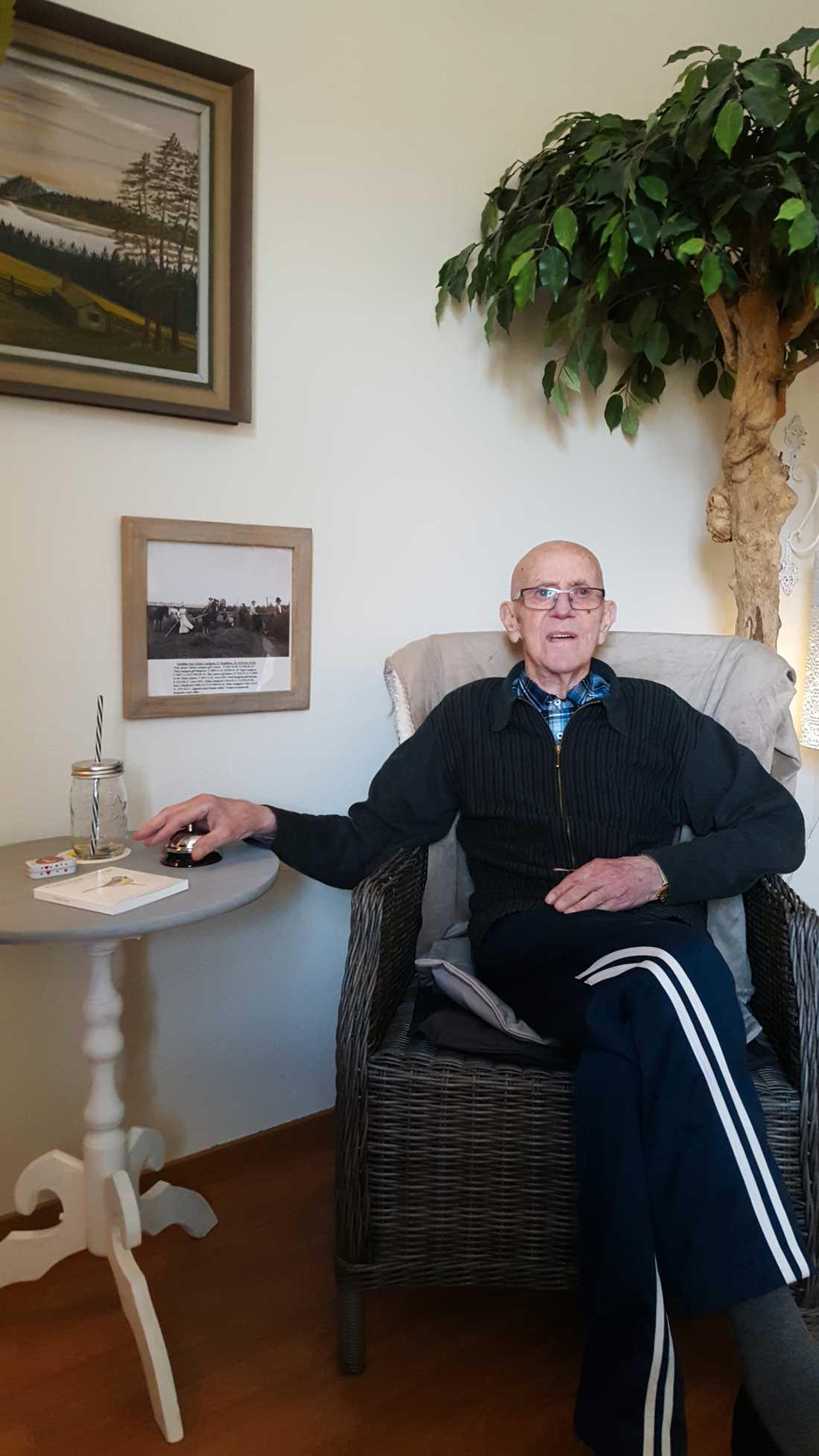 Den 85-åriga mannen dog undernärd efter att han bott tolv dagar på äldreboendet. Här sitter han i sitt rum, när han skrevs in på Höjdens äldreboende sommaren 2016.