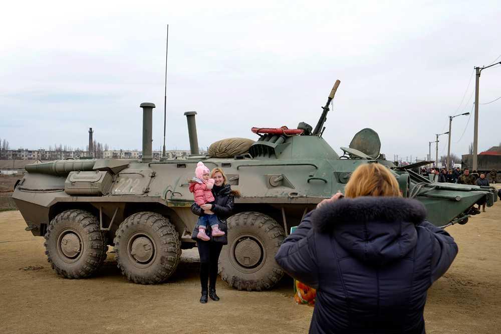 De ryska soldaterna på Krimhalvön mottas ofta med glädje av de proryska invånarna.