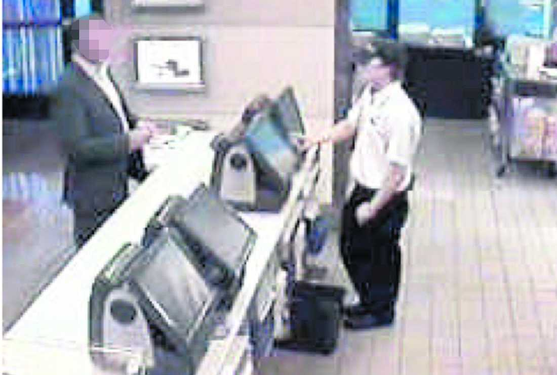 Köper mat Timmar efter rånet handlar piloten på McDonalds.