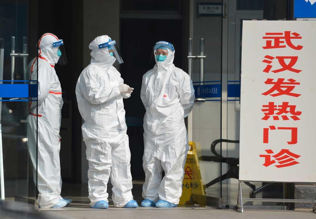 Sjukvårdspersonal i Wuhan i tisdags.