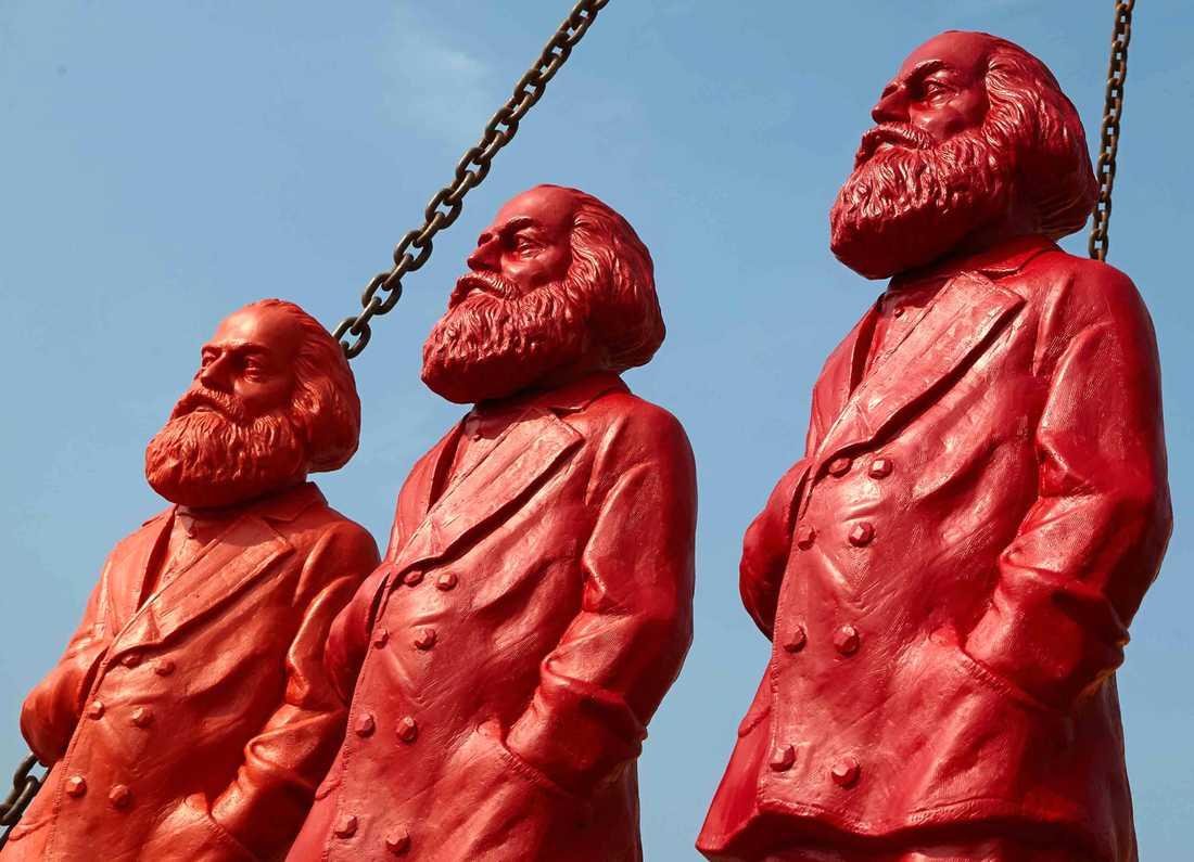 200-åringen Karl Marx utses till årets tomte av Mattias Svensson. På bild: tyska konstnären Ottmar Hoerls röda Marxskulpturer.