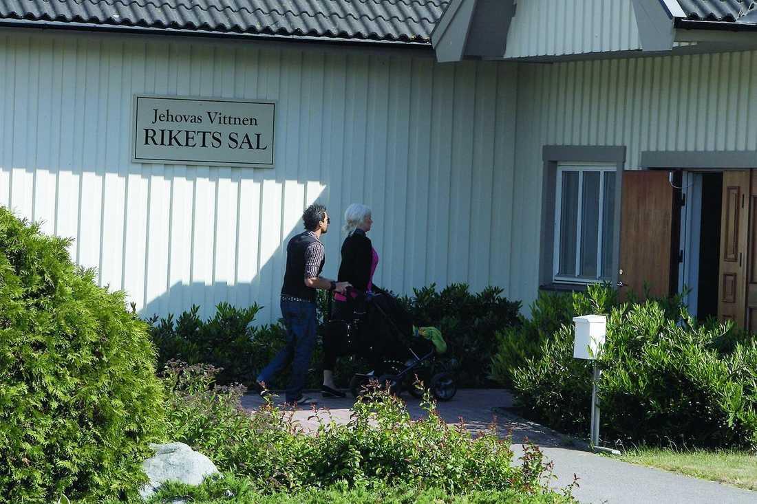 Santiago, Jessica och Maximiliano på väg in i Rikets sal.