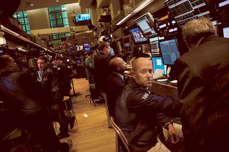 börsoro? Wall Street i New York. Finanskrisen har bara börjat. Nu följer lågkonjunkturen. Krisen har gynnat sittande regeringar världen över. Men i Sverige kan alliansen också tacka socialdemokratins sjabbel för framgången.