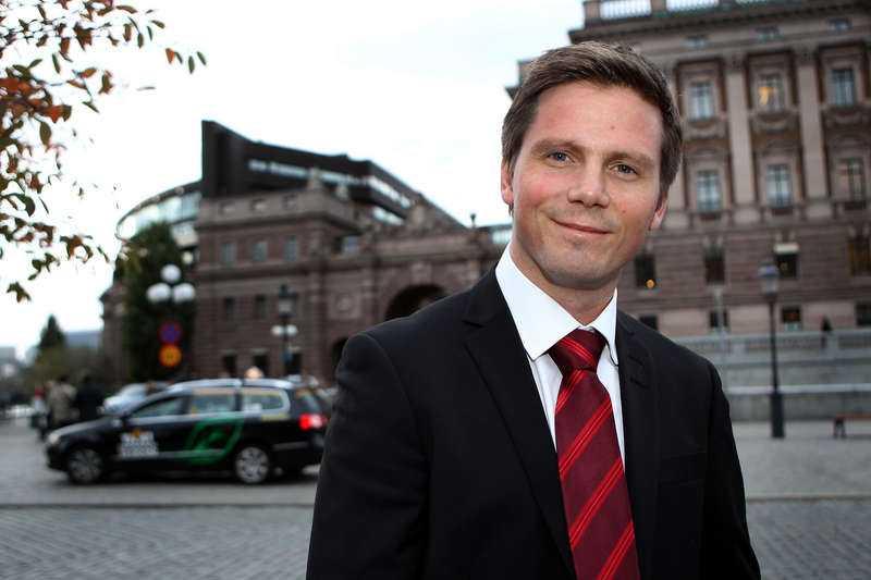 Integrationsminister Erik Ullenhag kan tänka sig språktest som ett sätt att snabbare bli medborgare