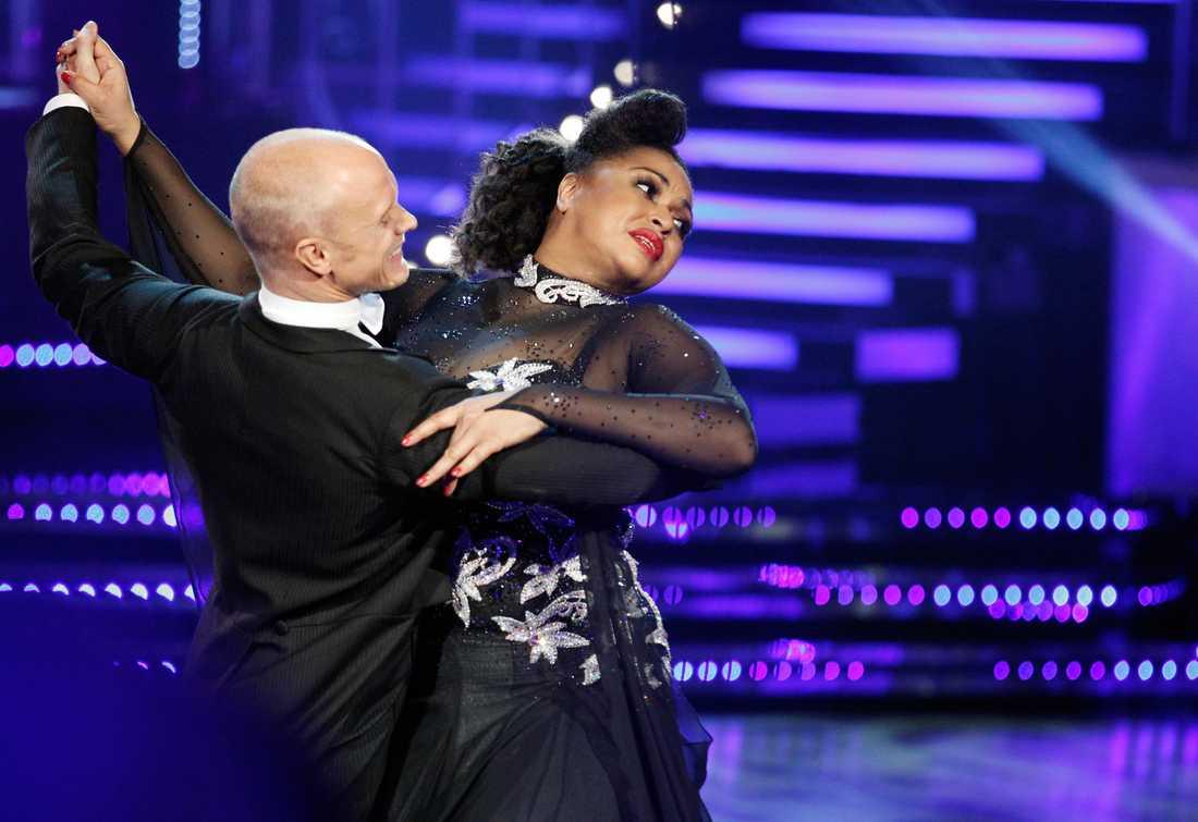 """TACKAR NEJ TILL POÄNG PÅ GRUND AV TÅRAR Camilla Henemark och Tobias Karlsson fick 10 poäng av juryn för sin dans. """"Det gick mycket bättre på genrepet. Jag tyckte inte att jag förtjänade mina poäng, och vill inte ha poäng på grund av tårar"""", säger Camilla Henemark efteråt."""