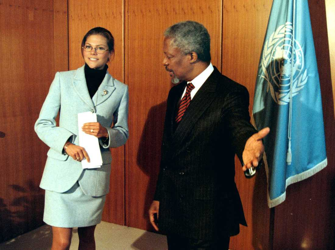 1997: Kofi Annan träffar kronprinsessan Victoria då hon är på studiebesök i FN:s högkvarter.