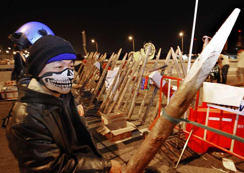 Demontranterna tänker försvara sig om militären försöker rensa flygplatserna i Bangkok.