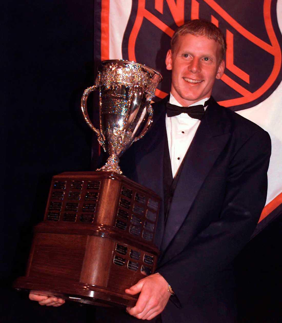 Daniel Alfredsson med utmärkelsen som årets rookie i början av sin NHL-karriär.
