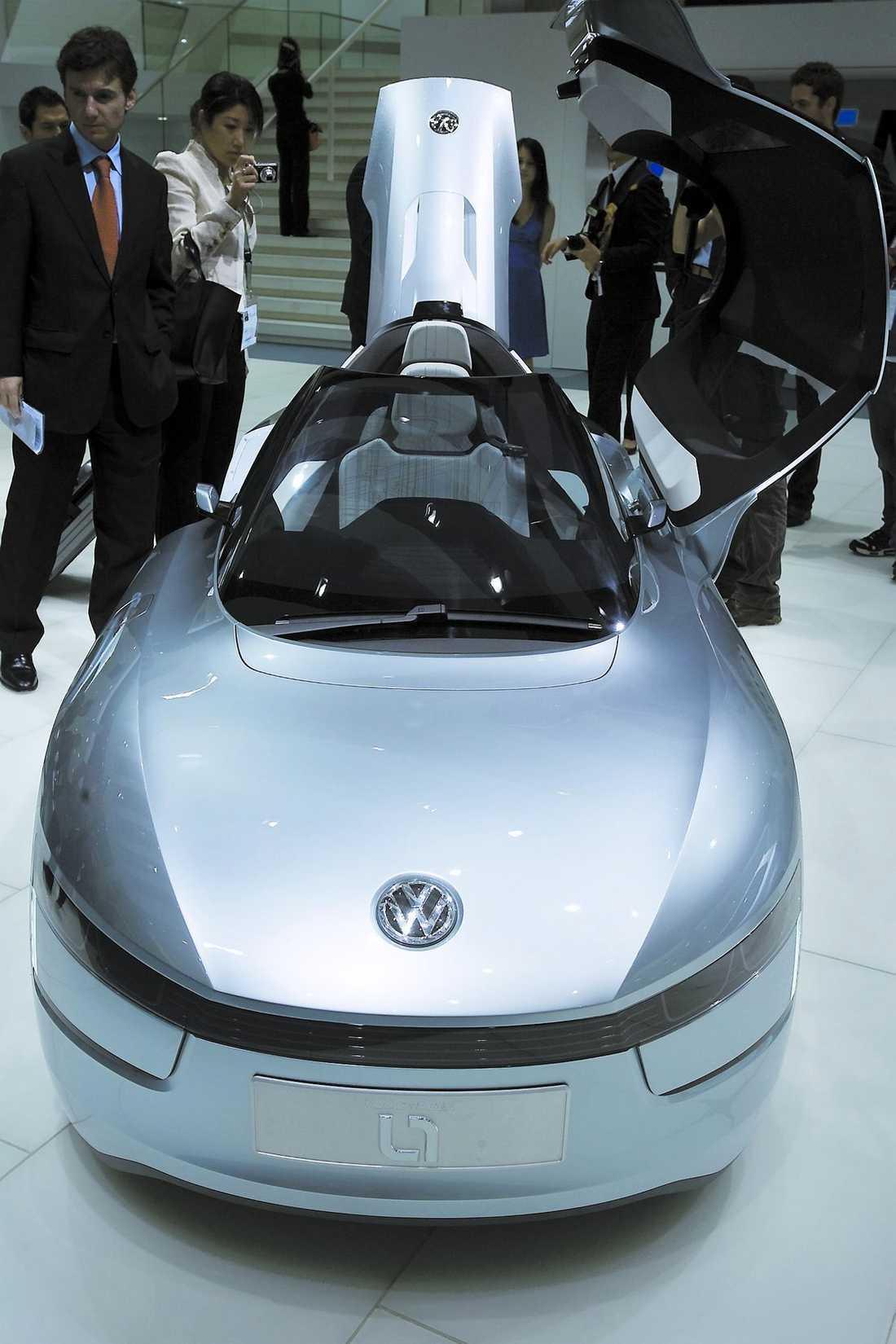 VW L1 En tvåcylindrig diesel och en liten elmotor på tillsammans 39 hk driver den här udda bilen från Volkswagen. Karossen i kolfiber får ner vikten till 380 kg, som en tung motorcykel. Toppfarten är 160 km/tim och förbrukningen superlåga 0,149 liter milen. Produktion i liten skala 2013.
