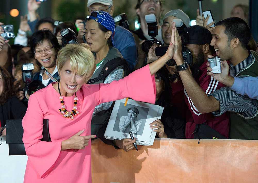 """Brittiska skådespelerskan Emma Thompson gör """"high five"""" med ett fan på röda mattan inför premiären av filmen """"The Love Punch"""" på internationella filmfestivalen i Toronto."""