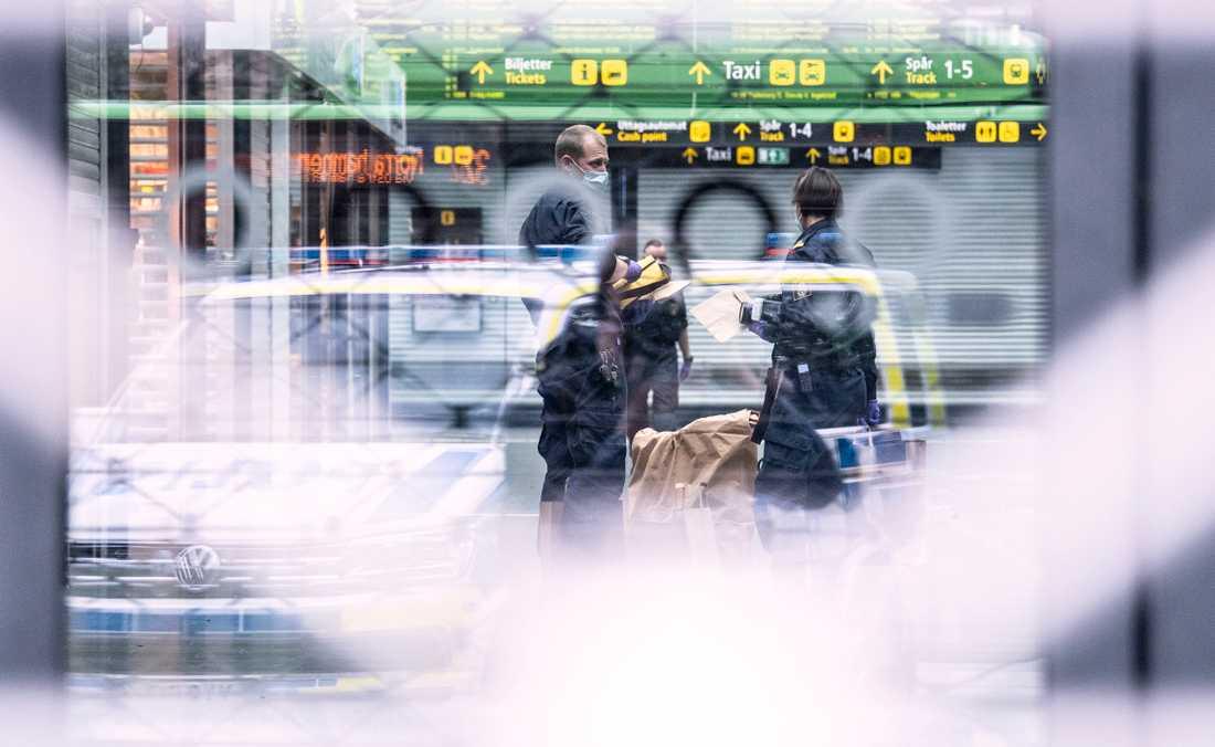 Kriminaltekniker på plats på Malmö centralstation på måndagen efter det att polis skjutit en man som uppträtt hotfullt på måndagen.