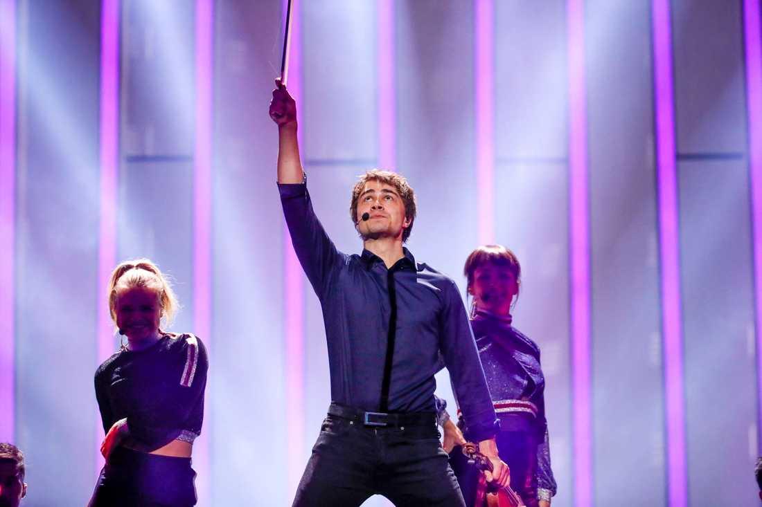 Alexander Rybak på Eurovision-scenen, senare tvingades han ställa in ännu ett framträdande.